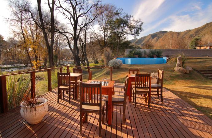 Deck en parque Hotel El Sauce