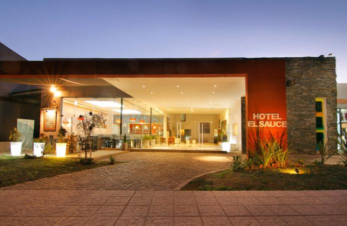 Fachada hotel El Sauce